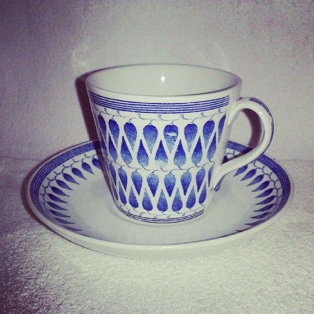 .@herrmovarp | Lillemor, en av de absolut första dekorerna på modellen AU. 1951. Från början angavs Arthur Percy gav den namnet efter den riktiga formgivaren, Lillemor Mannerheim. Ofta gjorde fabrikerna så för att lyfta fram den konstnärligt ansvarige, vilket var Percy. Lillemor är en av de koppar som ursprungligen finns i samma modell på både kaffe- och tegodset. Den finns i blått, rött och svart på AU-modellen, samt i någon mån i andra färger på senare producerade modeller