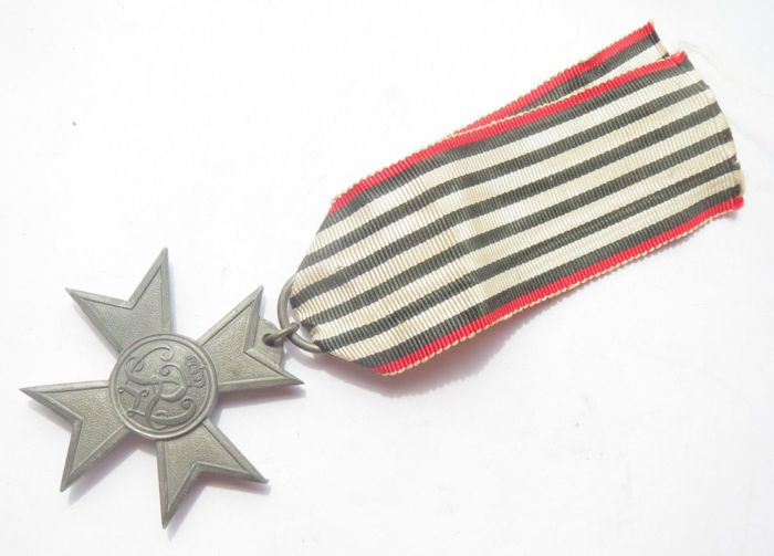 Duitse originele medaille: Preussen Kriegshilfskreuz 1916  Dit is een fraaie originele medaille uit de Eerste Wereldoorlog:- Het Pruissische Kriegshilfskreuz. De medaille werd verleend aan mannen en vrouwen die zich meer dan 2 jaar opofferden en thuiswerk voor de oorlog deden. Deze medaille werd ingesteld op 5 December 1916 door Keizer Wilhelm II. Er waren geen verschillen in de rangschikking en de status van degene die het kreeg. In uitzonderingen kon het kruis ook aan inwoners van…