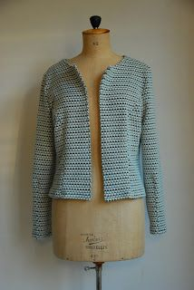 Zaterdagavond maakte ik voor mezelf ook nog een vestje, namelijk de Mona (oftewel Jackie) vest uit La Maison Victor.   Ik hou niet zo van di...