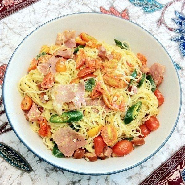 Фото к рецепту: Лапша с сосисками, помидорами и зеленым чили перцем