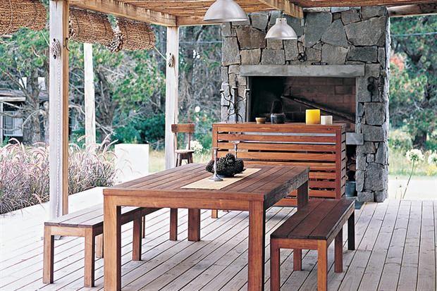 Ocho propuestas para que vistas tu jardín La madera y la piedra forman una dupla cálida inigualable para armar un área de parrilla. Foto: Archivo LIVING