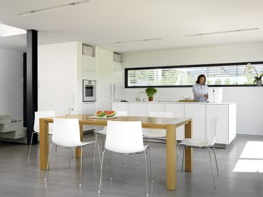 offene Kücheninsel ohne Oberschränke mit dünner Arbeitsplatte
