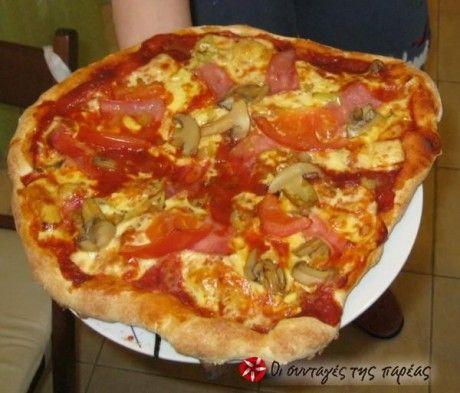 """Η συνταγή αυτή είναι του Ιταλού Vittorio Viarengo. Χρειάζονται συνολικά 8-9 ώρες για να έχετε ένα εξαίσιο αποτέλεσμα, καθώς η ζύμη δεν είναι μια από τις συνηθισμένες """"ψωμένιες"""" ζύμες σπιτικής πίτσας, αλλά ένα καλοψημένο, τραγανό από έξω και αφράτο από μέσα ζυμάρι. Εδώ θα βρείτε την αυθεντική συνταγή μαζί με εικόνες και βίντεο."""