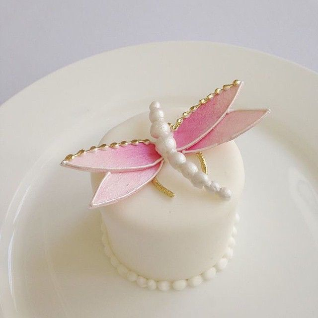 Pretty in pink! These jewel like sugar dragonflies are so perfect perched atop mini cakes.#bobbetteandbelle