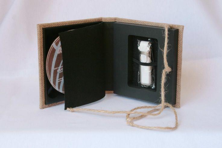 """Estuche para 1 DVD + 1 pendrive, realizado en tela de cáñamo con interior en pliego y con cierre de cordel también de cáñamo. Un toque diferente con un aire """"rústico"""" para entregar trabajos de una forma original."""