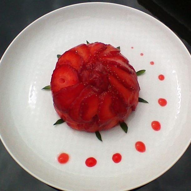 Fraises sur dôme de mousse chocolat blanc et insert de confit de fraises