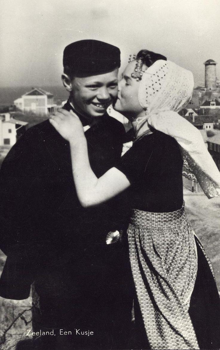 Mag ik een kusje van je stelen? Jonge liefde aan de Zeeuwse kust. Twee kinderen in Walcherse klederdracht bij Domburg, ca. 1955-1960.