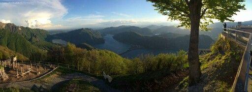 Sighignola  E' una montagna delle Prealpi Luganesi, alta 1.320 m. Si trova sul confine italo-svizzero, tra il comune italiano di Lanzo d'Intelvi (dove si trova la cima) da cui e' possibile vedere il Monte Rosa, ma si intravede pure il Cervino. Proprio per questo motivo il sito prende il nome di Balcone d'Italia.  Visitabile  anche da www.mondoscatto.net sezione  Italia - Lombardia.  Si ringrazia Umberto Cattaneo  per il supporto fotografico.