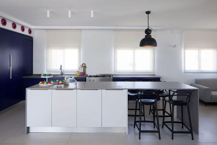 הצבעים העזים בולטים על הרקע המונוכרומטי: קירות לבנים ומרצפות גרניט דמוי בטון (צילום: טל ניסים)