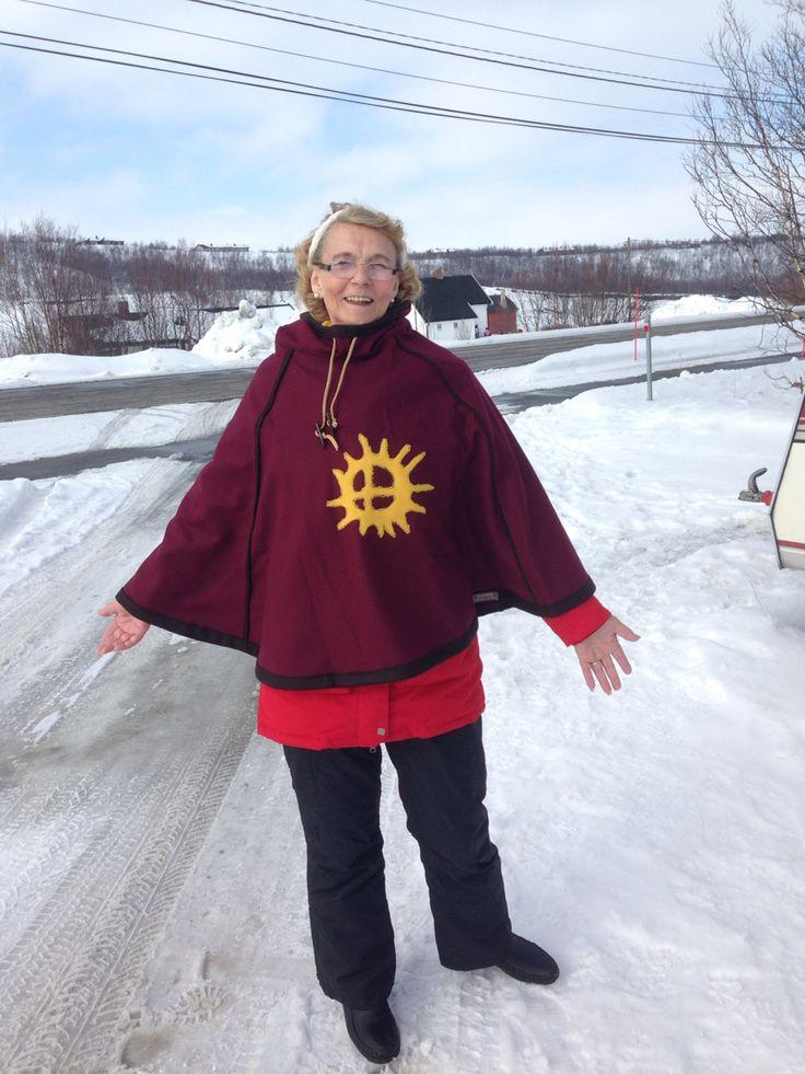 Luhkka med samisk symbol for sol foran . Mamma er modell - eller hun fikk denne i bursdagsgave av meg .