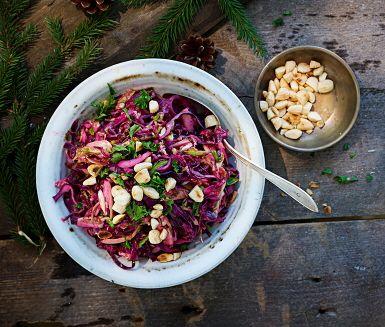 Två sorters kål, rödkål och brysselkål, är huvudingredienserna i denna vintriga sallad med lingondressing som garanterat gör succé på buffén. Rostad grovhackad mandel ger rätten en härlig krispighet.