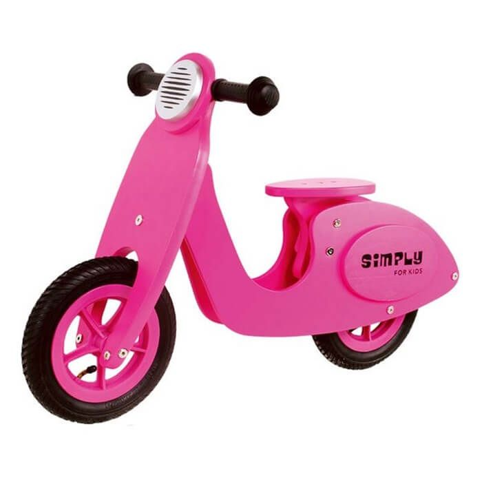 De houten scooter heeft hetzelfde uiterlijk als een echte scooter, maar dan veilig voor de kleine meiden onder ons. De houten scooter heeft rubberen handvatten en rubberen banden, zo kan jouw meisje er comfortabel op zitten. Het zadel is in hoogte verstelbaar waardoor het met jouw meisje meegroeit. De scooter is zowel binnen als buiten te gebruiken, maar hou wel een oogje in het zeil.