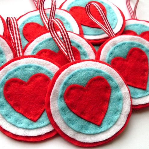 Simple layered felt ornaments. This would be really cute with Mickey ears!!