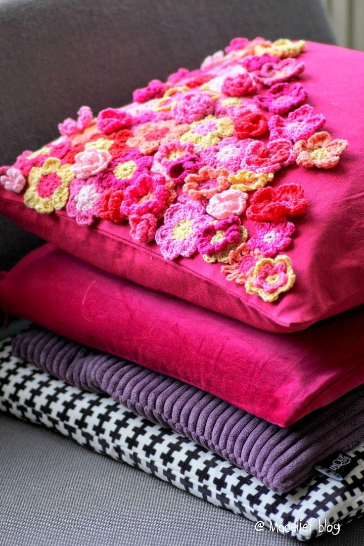 Madelief: Crochet flower patch pillow
