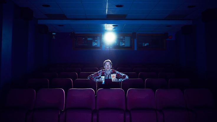 Si no puedes ir a las salas de cine, deja que las salas de cine vayan a tu casa para disfrutar de tus películas favoritas como se debe. Gq, Concert, Home Theaters, Hacks, Lifestyle, Concerts