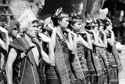 Tarian asli suku Batak yakni, Tortor telah membawa Sumut masuk namanya di MURI. Pasalnya, Tarian Tortor Naposo Bulu yang digelar di Jalan Pulau Pinang, Lapangan Merdeka, Medan, Minggu (5/12), dilakukan oleh 1.143 penari. Jumlah sebanyak itu adalah yang pertama kalinya.