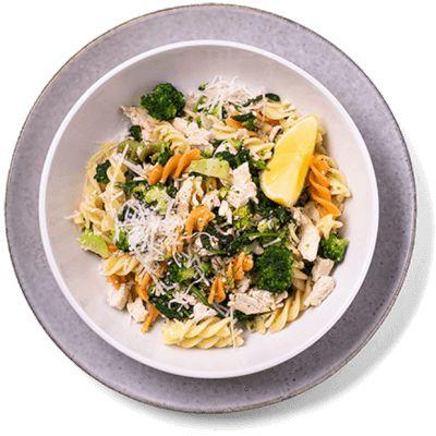 Enkelt og sunt. Pastaskruer med kylling og brokkoli er en favoritt for hele familien. Oppskrift på pastaskruer med kylling.
