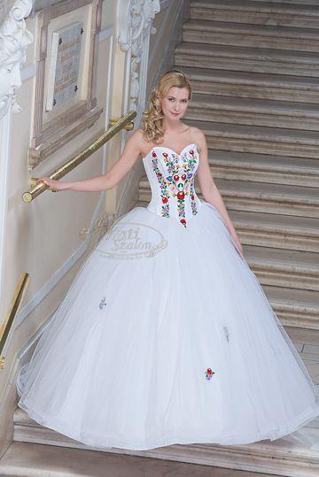 Gyönyörű magyar motívumos esküvői ruhák. - Wonderful wedding dresses with Hungarian motif.