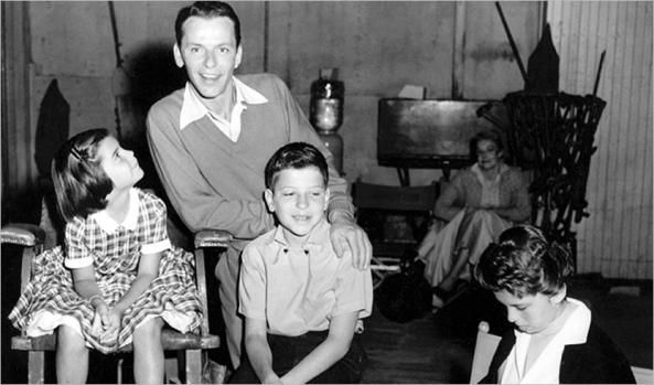 """1946 - Frank Sinatra releases his first album, """"The Voice of Frank Sinatra"""" (in the photo: with his children, Tina, Frank Jr. and Nancy)"""
