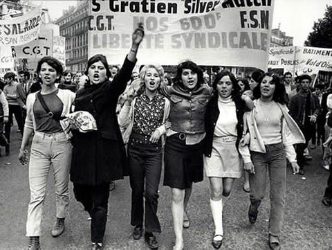 Parigi, maggio 1968, studentesse in corteo