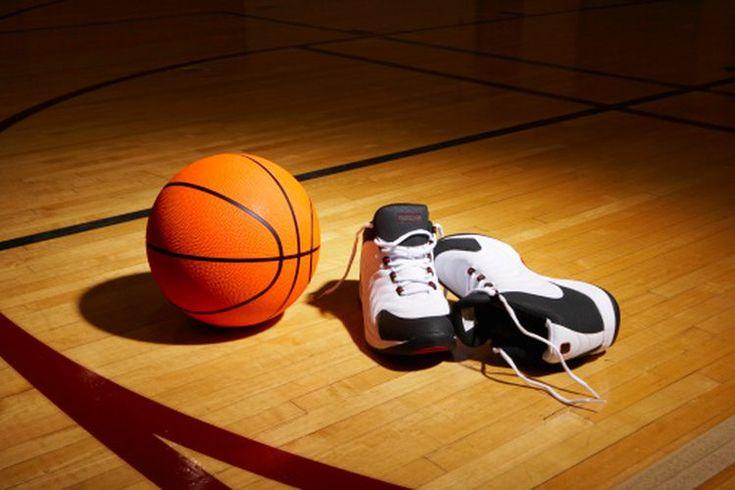 La historia de las zapatillas de baloncesto. La historia de la zapatilla de baloncesto es paralela a casi directamente la historia del baloncesto en sí. Aunque el juego se originó en 1891, la primera zapatilla diseñada específicamente para el deporte no apareció hasta 1917, cuando Converse All-Star ...