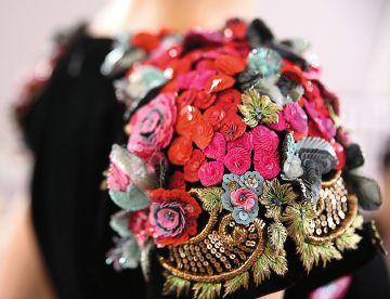 Un detalle de un hombro donde destaca el shocking pink, el color fetiche de la diseñadora italiana.