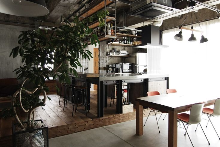 H鋼、コンクリート、スチール角パイプ…。工業用素材を多用しているせいか、工場をリノベーションした空間のよう。