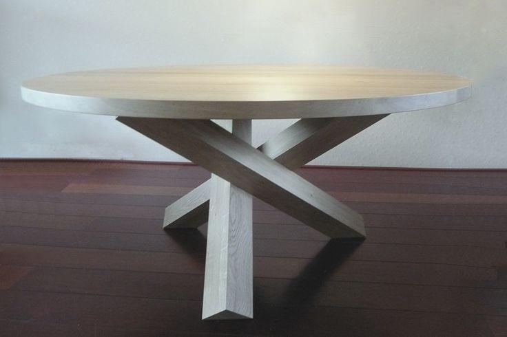 Hoe maak je een op het oog normaal uitziende eikenhouten tafel toch bijzonder? Heel eenvoudig. Door de drie poten op een unieke wijze te kruisen. Kernwoorden voor dit meubelstuk zijn dan ook: elegant, modern en stoer. Daarnaast heeft de tafel een doorsnede van 160cm. Zo kunnen er met gemak 5 mensen van genieten.