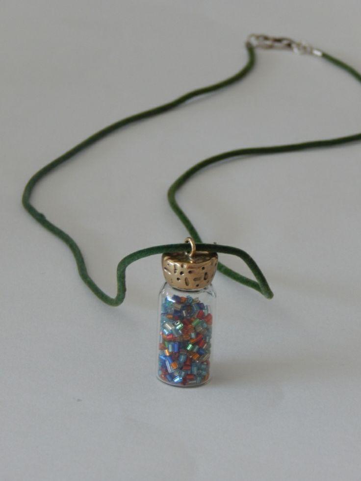 (32) Κολιέ με κορδόνι πράσινο και κεντρικό στοιχείο μπουκαλάκι γεμισμένο με πολύχρωμες χάντρες.
