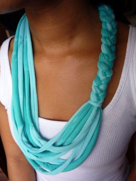 Sjaal maken van een oud t-shirt. T-shirt voor de helft in stroken knippen en deze stroken vlechten.
