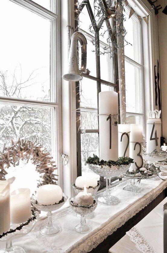 Fensterdeko mit Kerzen und Gläsern