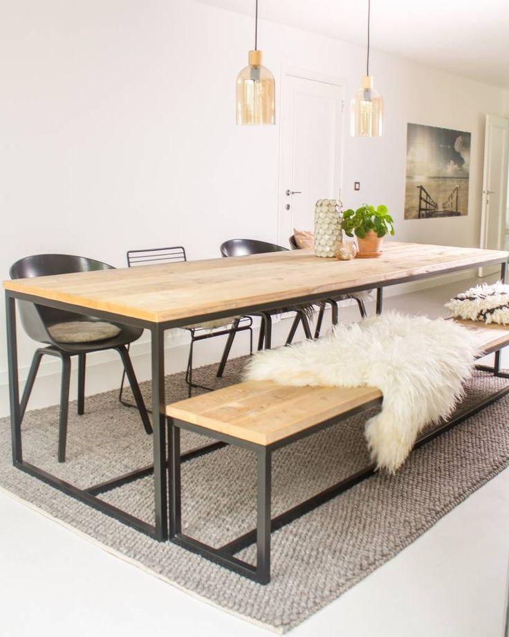 Deze prachtige vormgegeven steigerhouten tafel met stalen frame is leverbaar in diverse afmetingen en staalkeuren (poedercoating). Industriële tafel met stra...
