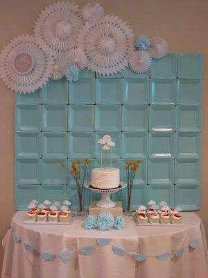 Painel de pratos descartaveis. Mesa bolo. Festa azul e rosa.