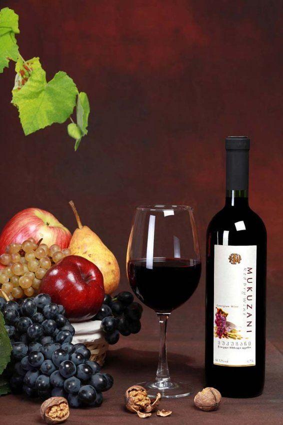 8. «Мукузани» - одно из лучших сухих красных вин, темно-гранатового цвета, с ярко выраженным фруктовым ароматом и сложным букетом, имеет мягко-бархатистый вкус и гармоничное прекрасное послевкусие. Выпускается с 1888 года. Мукузани считается лучшим грузинским вином из тех, что производятся из винограда Саперави. Отличается оно тем, что долго выдерживается в дубовых бочках – минимум три года. Лучше всего сочетается с мясом.