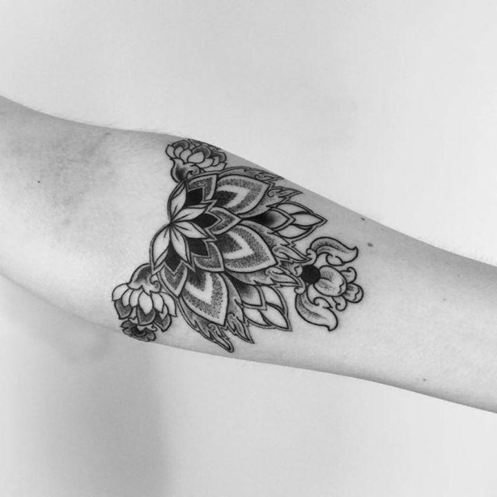 Tribal Tattoo mit Blumenmotiven - Idee für Frauen