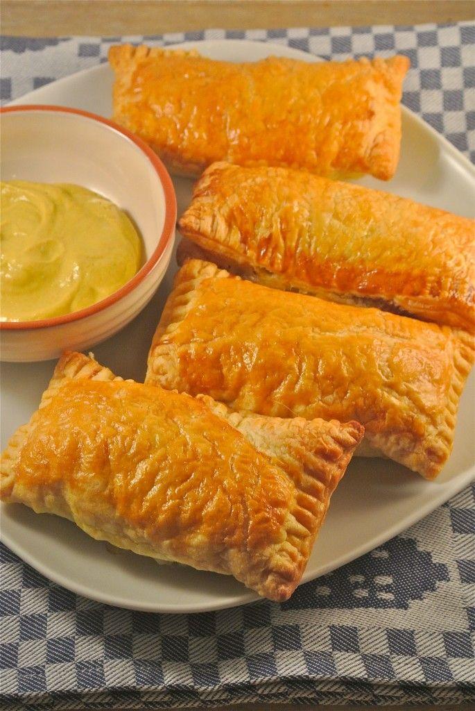 Tijd: 15 min. + 30 min. in de oven Recept voor circa 5 saucijzenbroodjes Benodigdheden: 200 gram half-om-half gehakt (met (mager) rundergehakt kan het ook, wordt het alleen iets droger) 1 ei (+ eventueel nog 1 ei om de broodjes mee te bestrijken) 2,5 eetlepel paneermeel 2 theelepels peterselie halve theelepel nootmuskaat 5 plakjes bladerdeeg, ondooid snufje zout/peper eventueel nog een beetje cayennepeper poeder om het iets pittiger te maken.