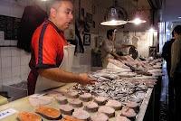De Mercado Central de Atarazanas is de centrale overdekte markt in Málaga. De Málagueños komen hier van maandag t/m zaterdag tussen 08.00 en 15.00 uur voor hun vis, vlees, groente, fruit en andere kwaliteitsproducten. De markt achter de Moorse gevel uit de 14e eeuw is levendig en een bezoek meer dan waard. Het bijzondere gebouw met de gietijzeren constructie staat op de plek waar eens een islamitische scheepswerf stond. De prijzen zijn aantrekkelijk en de tapas in de bars zijn lekker.