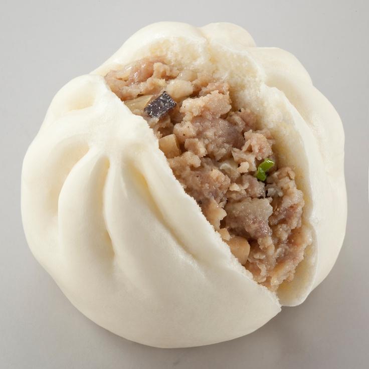 「横浜中華街の肉まんシリーズ」の新作「醤油肉まん」&「塩肉まん」です。お肉やたけのこなどの食感がイイです♪ボリューム満点で、おなかいっぱいになりました(^^)ぜひ試してみてくださいね。  http://www.lawson.co.jp/recommend/static/oden_chuka/