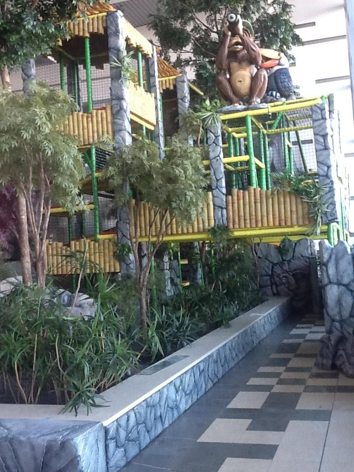"""Play Mart - Struttura di gioco a tema """"Jungla"""" installata in un centro commerciale (visuale panoramica)"""
