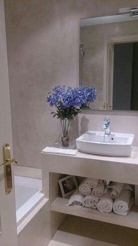 Aplicacion de microcemento en suelo, paredes y mueble/ encimera para baño.