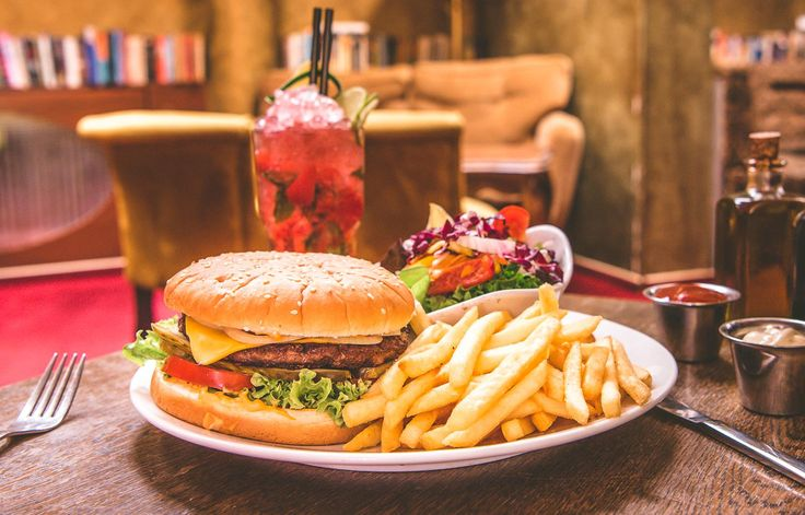 Wie waere es mit unsrem Burger und einem Cocktail?  Kein Schnitzel, aber genau so lecker!    Mozart - Cafe - Restaurant - Cocktail Bar   www.cafe-mozart.info #Cafe #Mozart #Restaurant #Cocktail #Bar #Muenchen #Fruehstueck #Kuchen #Mittagsmenu #Lunch #Sendlingertor #Placetobe #Kaffee