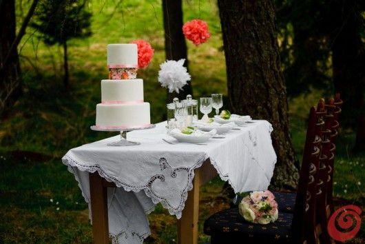 La tavola apparecchiata e decorata per un matrimonio un po' vintage, incorniciata dalla natura vintage wood wedding late summer orange pink paper flowers laces
