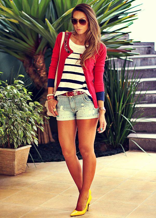 Look navy com Cardigan feminino vermelho, blusa listrada e shorts jeans