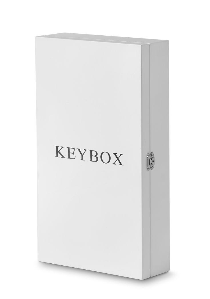 Nu behöver du inte leta efter dina nycklar längre. Häng dom i denna dekorativa förvaringslåda för nycklar och du vet alltid vart du har dom. Lådan är tillverkad i MDF och har 9 st krokar för upphängning av dina nycklar. Keybox är en uppskattad gåva att ge bort. Välj mellan vit och svart.