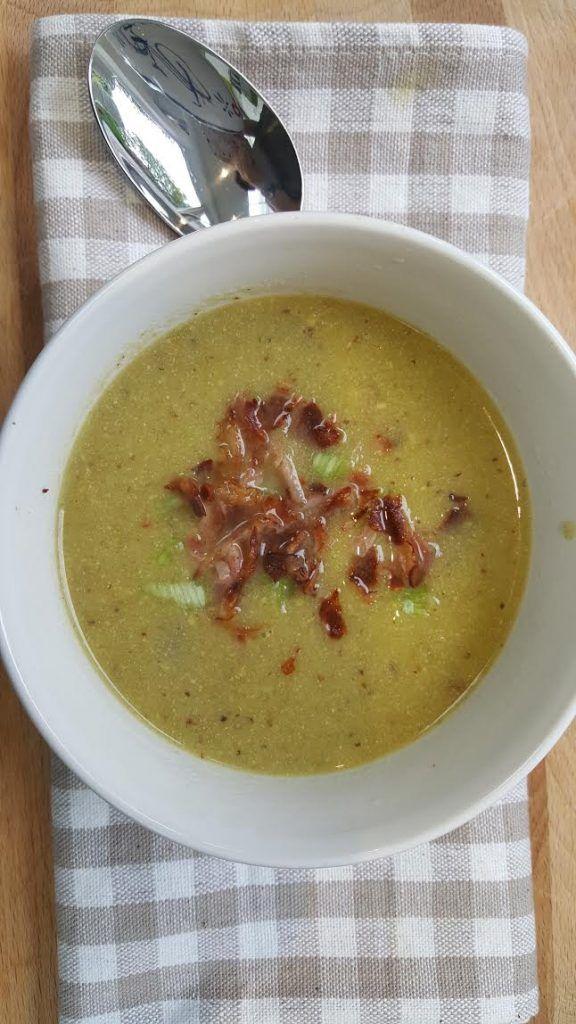 Voor mosterdsoep mag je mij wakker maken. Gebruik wel de echte Zaanse grove korrel mosterd in dit recept en serveer de soep met de krokant gebakken bacon. Lekker als voorgerecht, als maaltijdsoep met brood of lunch. Mosterdsoep kan altijd…..