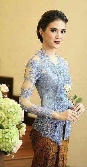 Kebaya salah satu pakaian yang dikenakan oleh wanita Indonesia sangat cantik mencerminkan begitu banyaknya kebudayaan yang ada di Indonesia