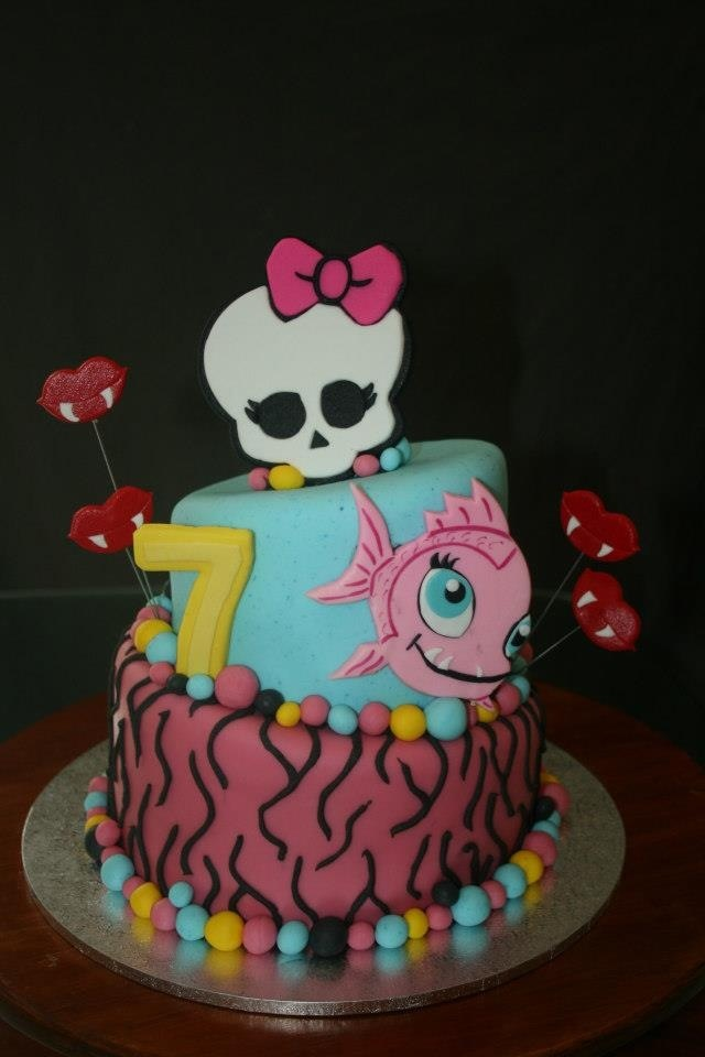 You might find the Monster High pets a lot easier to recreate on a cake than the girls.