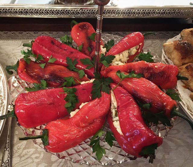 WEBSTA @ nurlu - Günaydınnn✨✨✨Özel sofralara özel lezzetler✨✨✨PATATESLI KIRMIZI BİBER DOLMASI✨✨✨Pratik,lezzetli ve keyifli bir lezzet✨✨✨#nurlumutfakta Malzemeler:10 adet kırmızı biber3adet haşlanmış,rendelenmiş patates3 diş ezilmiş sarmısak 6-7 adet doğranmış kornişon turlu1çay bardağı doğranmış jalapone biber turşusu1kase süzme yoğurt2yemek kaşığı mayonezTuz,karabiberYapılışı:✨Kırmızı biberlerin saplarını koparmadan  ortadan bıcakla  kesin.Sonrada isteğe göre kızartarak yada Fırında…