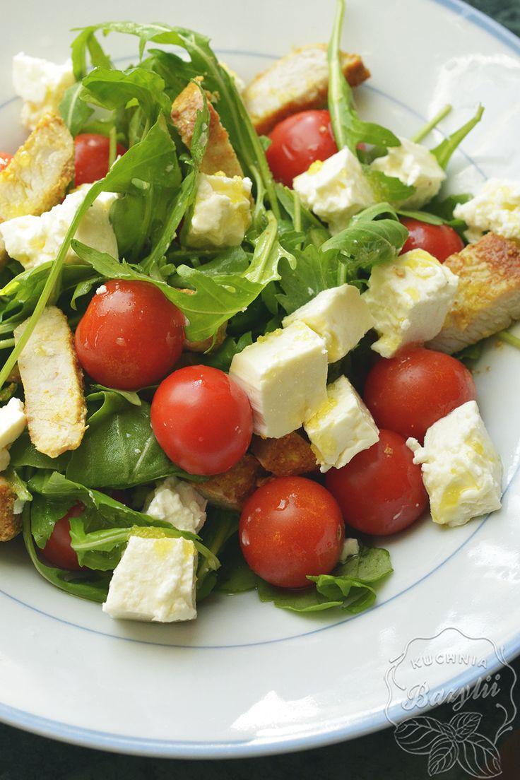 Sałatka z piersią indyka, fetą i pomidorkami to przepis na szybki lunch do pracy. Zapraszam 🙂