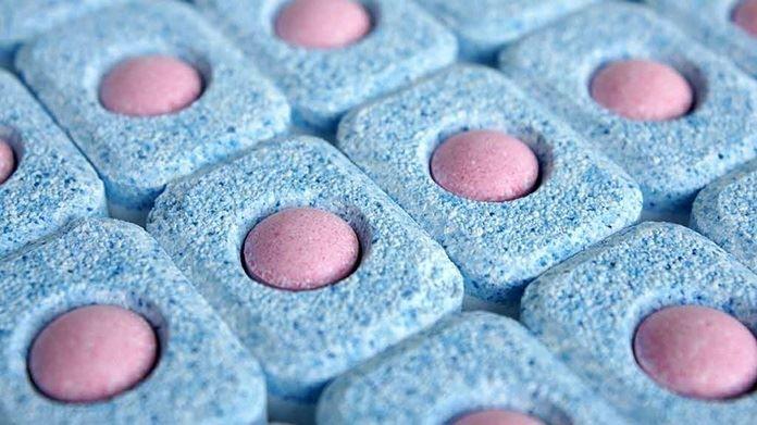 Los een tabletje op in warm water en giet het goedje in je toilet. Laat een nacht staan. Doorspoelen en je toilet blinkt weer! In plaats van een vaatwastablet en water kan je hetzelfde doen met wat azijn.